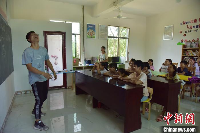 志愿者和小学生尽享课堂。 肖亚辉 摄