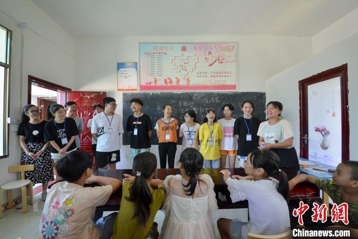 志愿者和学生合影。 肖亚辉 摄