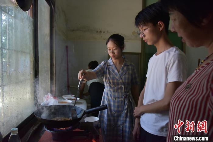 志愿者自己做饭。 肖亚辉 摄