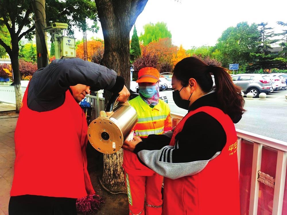 兰州西固区 志愿者走上街头给环卫工人送热茶