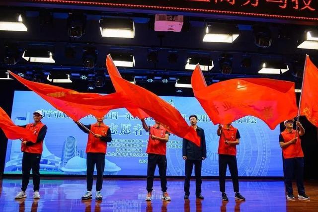 """南宁市服务""""两会""""志愿者上岗宣誓仪式举行"""