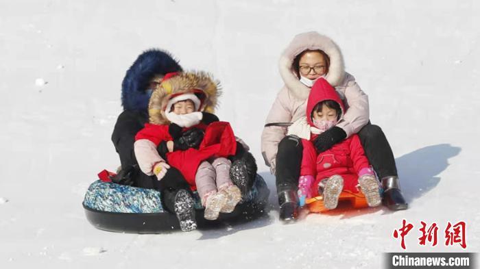市民在玩打雪圈 黑龙江省体育局提供