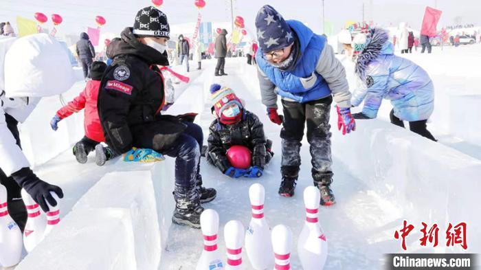 孩子们在玩冰上高尔夫 黑龙江省体育局提供