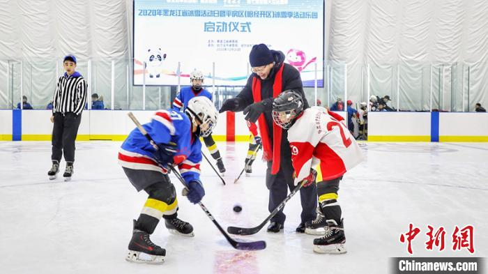 黑龙江省副省长孙东生在宣布冰球比赛开始 王妮娜 摄