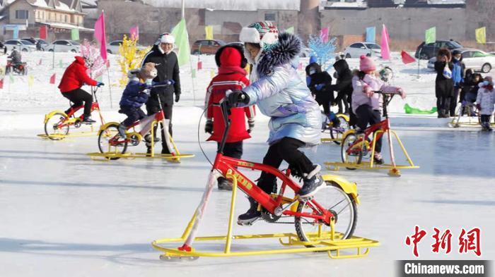 市民在玩冰上自行车 黑龙江省体育局提供