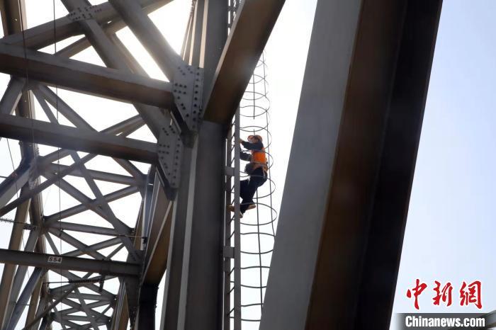 职工李腾飞对36米高的桥顶高强螺栓进行加固 韩磊 摄