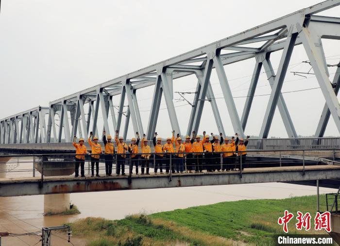 """长东黄河铁路大桥上的八对""""父子兵""""(资料图)。 赵庆 摄"""
