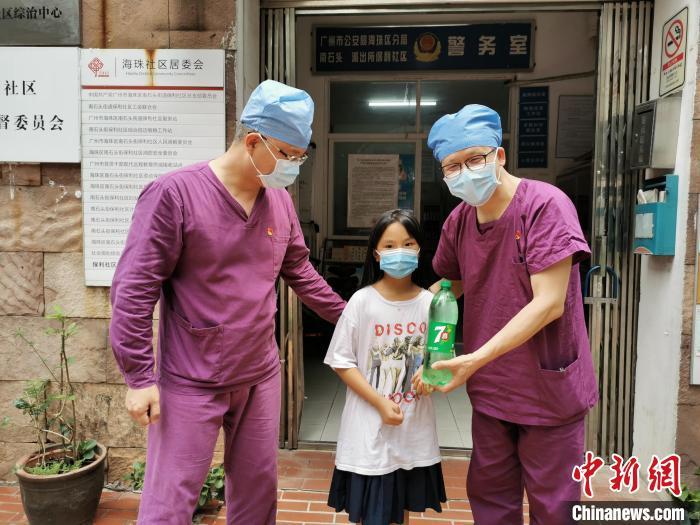 抗疫一线的广东医护人员:衣裤湿透大腿内侧磨皮起泡