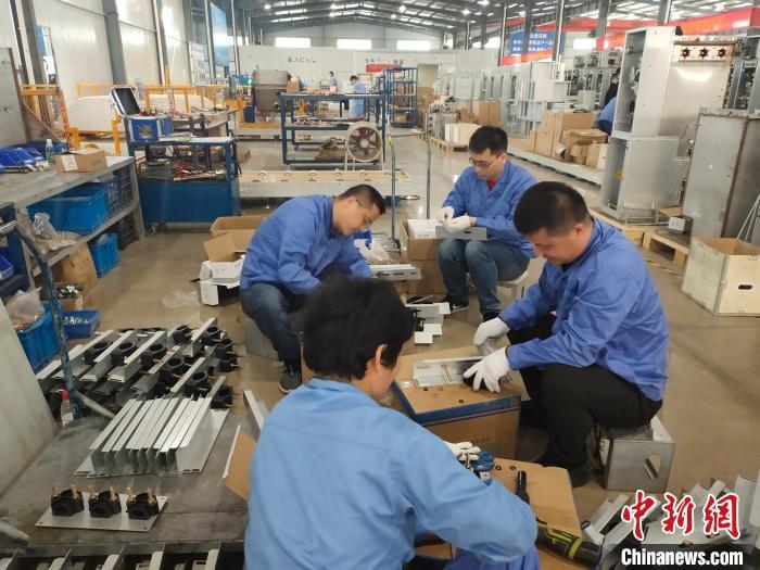 浙江省总工会机关干部进企业当工人。 王逸飞 摄