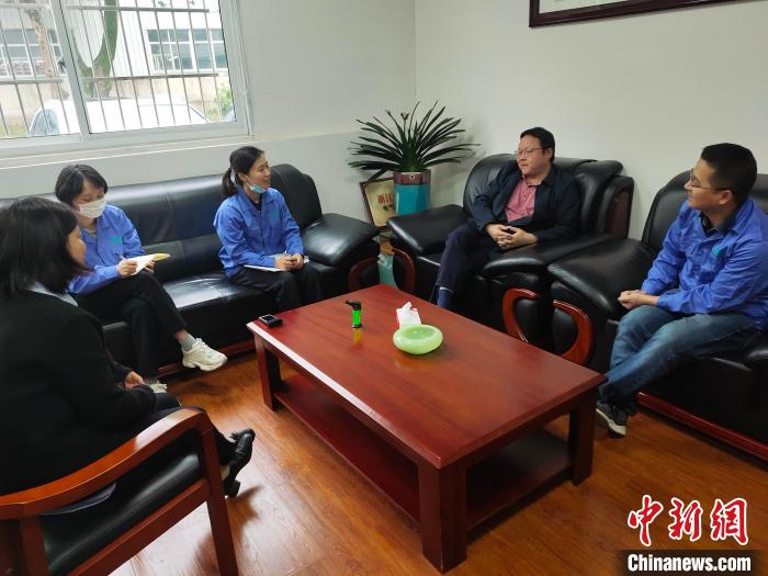浙江省总工会机关干部在企业调研。 王逸飞 摄
